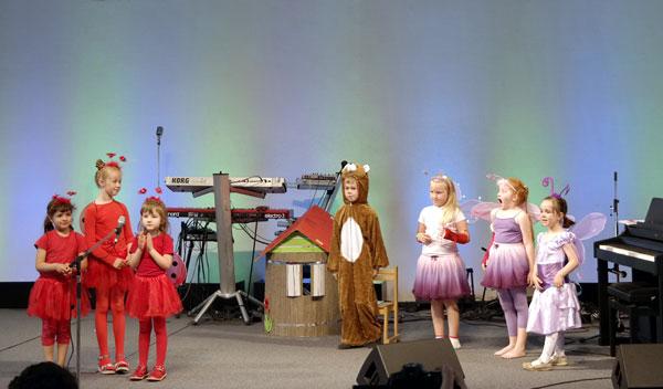 CHORUS e.V. Kleine Nachwuchskünstler auf der Bühne beim Chorus Theater