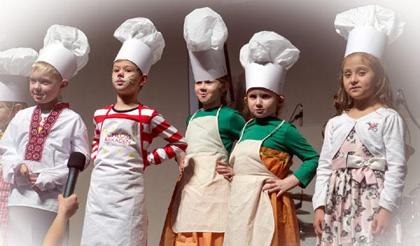 CHORUS e.V. Kleine Weihnachtsbäcker auf der Bühne