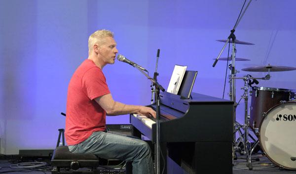 Pianist beim Sommerfest von CHORUS e.V.